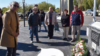 Jorge Soloaga, Jorge Montoya (hermano de Puño), Mario Basiglio, Mónica Rampoldi; su esposo, y Juan Domingo Rivarola, colocaron ofrendas para recordar a los jóvenes de Cañadón Seco que fueron víctimas de la dictadura militar.