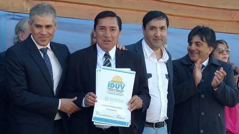 El vicegobernador Pablo González entregó al intendente Héctor Barría copia de los convenios de obras públicas que firmó la comuna con el IDUV.