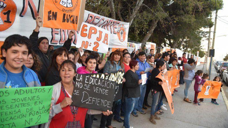 La principal protesta en Caleta Olivia por el posible cierre de las escuelas de jóvenes y adultos la protagonizó la comunidad educativa de la EPJA N° 2 que funciona en el edificio de la Escuela Primaria N° 14.