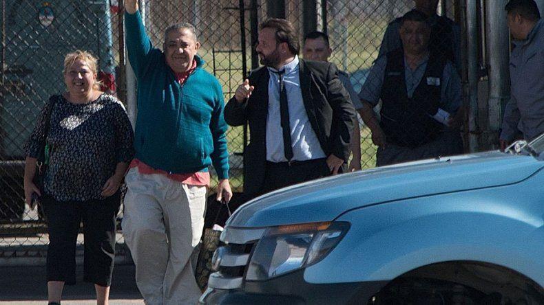 El dirigente piquetero Luis DElía abandona el penal de Ezeiza en compañía de su esposa y de su abogado.
