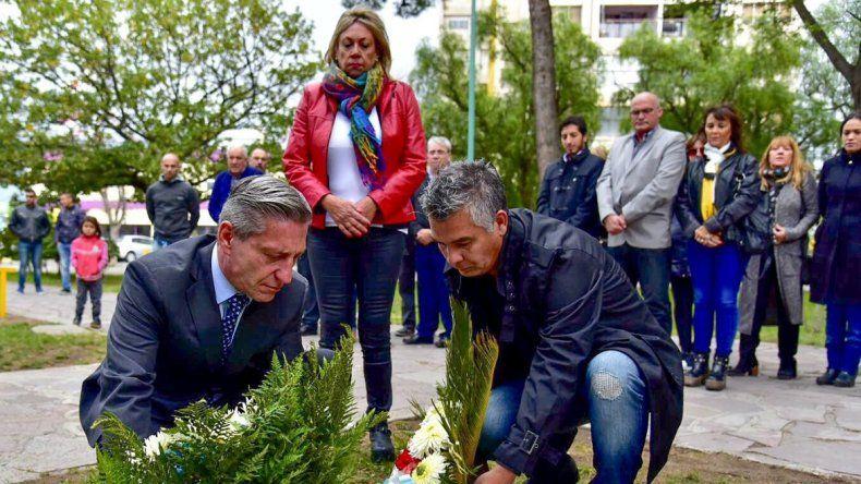 El acto incluyó la colocación de una ofrenda floral en la placa que recuerda a los hermanos José Esteban y Juan Oscar Cugura y a Elisa Elvira Cayul.