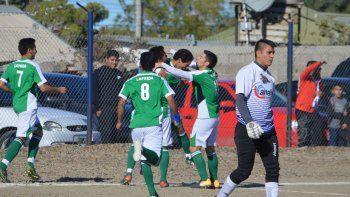 Los abrazos son para Jonathan Molina, autor del primer gol de Laprida ante Ferro en Kilómetro 5.
