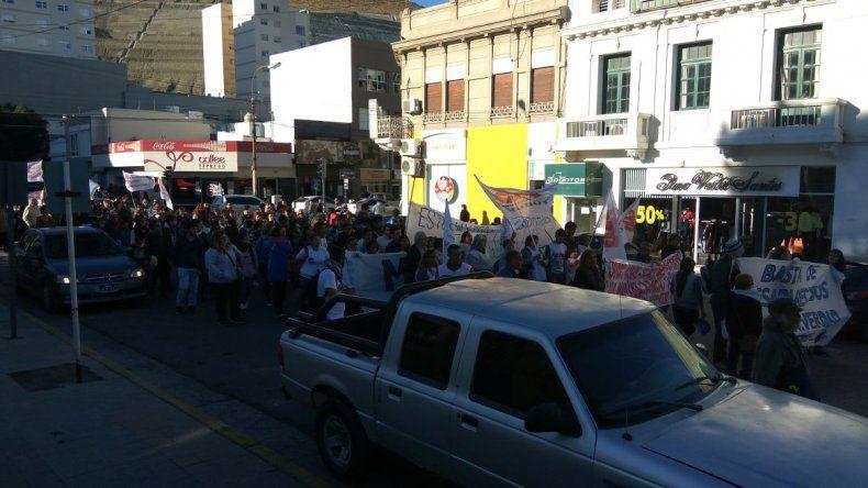 Más de 500 personas marcharon en Comodoro al grito de ¡Nunca Más!