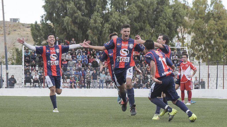 Todos los abrazos son para el defensor Julián Bahamonde que marcó dos goles en el triunfo de USMA.