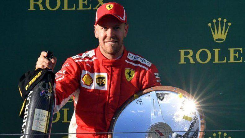 El alemán Sebastian Vettel en el podio con el champagne y el trofeo que ganó ayer en el Gran Premio de Australia de Fórmula 1.