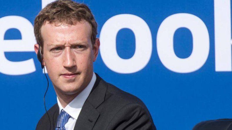 Mark Zuckerberg recurrió al prestigio y la tangibilidad del periodismo impreso para disculparse por la filtración de datos en Facebook.