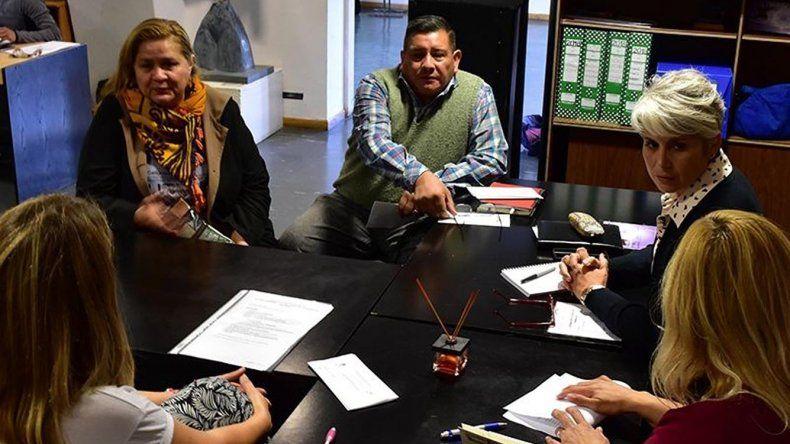 Funcionarias municipales y un integrante del Centro de Veteranos de Guerra se reunieron ayer en el Centro Cultural para coordinar el desarrollo de las actividades conmemorativas a la guerra de 1982.