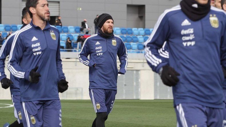 Lionel Messi -centro- durante el entrenamiento que la selección argentina realizó ayer en Madrid.