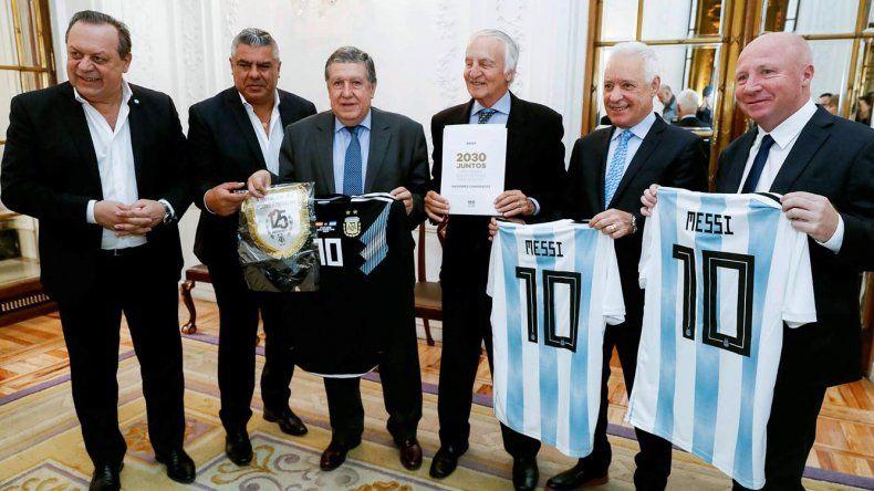 Claudio Tapia y Javier Mac Allister junto a otros dirigentes durante la presentación formal de la candidatura para el Mundial 2030 en la Embajada argentina en España.