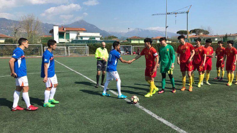 Los jugadores de la CAI y China se saludan antes de iniciar el partido en Pietrasanta
