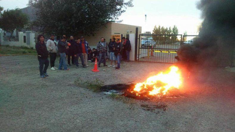 Trabajadores petroleros protestan frente a Geovial en Km 4