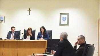 Nelson Aguilante y su defensor ayer resignados ante el fallo unánime del tribunal que lo declaró culpable por el femicidio de su pareja.