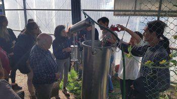 Mauro Novara brindó dos capacitaciones orientadas a la práctica de cultivo de plantas aromáticas y a la destilación de aceites esenciales.