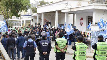 El acto central de ayer se hizo en las puertas del Hospital Regional, con una inusual presencia policial.