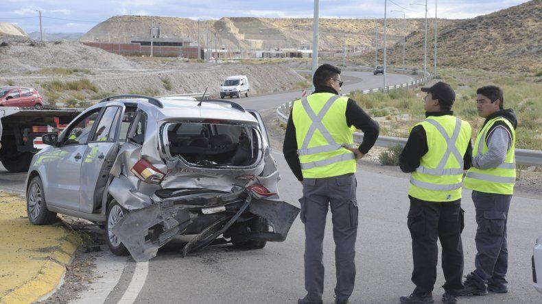 Un Volkswagen Suran en el que iban dos mujeres fue impactado de atrás cuando ingresaba a la rotonda del camino Mario Morejón.