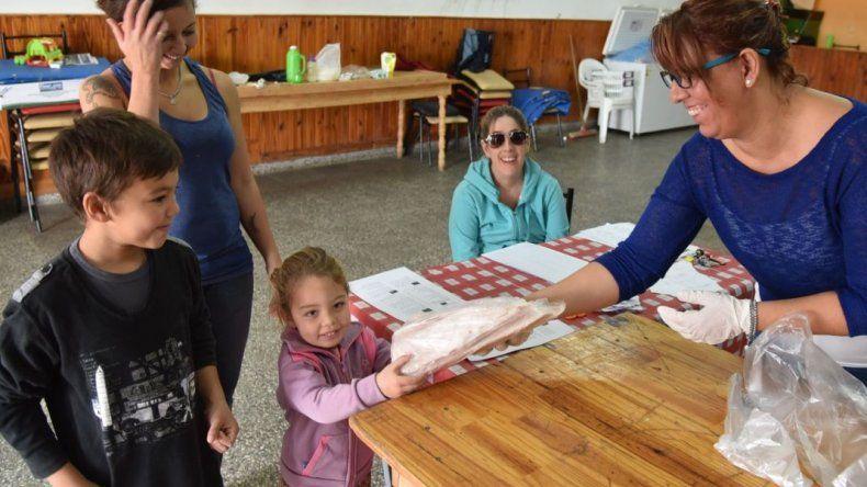 Distribuyen gratuitamente 4.500 kilos de merluza a vecinos de Caleta