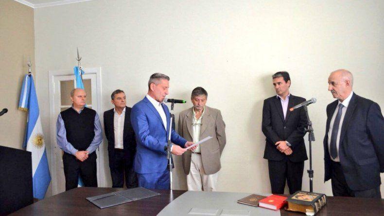 El gobernador al tomarle juramento ayer al subsecretario de Hidrocarburos.
