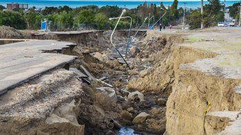 En el barrio Divina Providencia el curso de agua abrió una grieta que destruyó la avenida Fray Luis Beltrán.