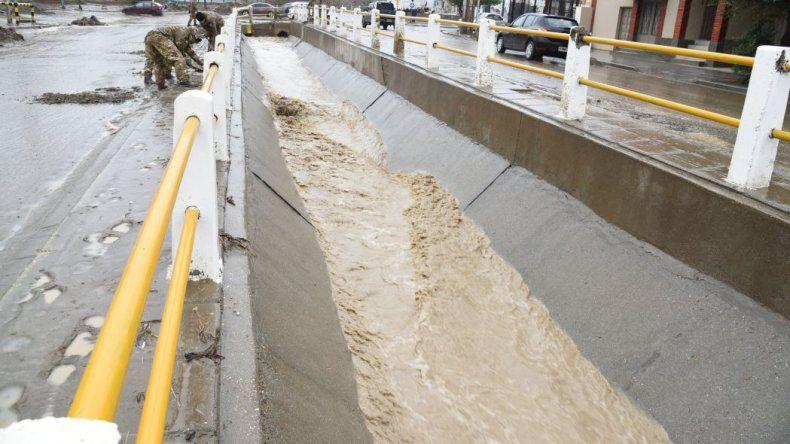 Un informe confirma el vertido de desechos cloacales en el pluvial de calle Roca