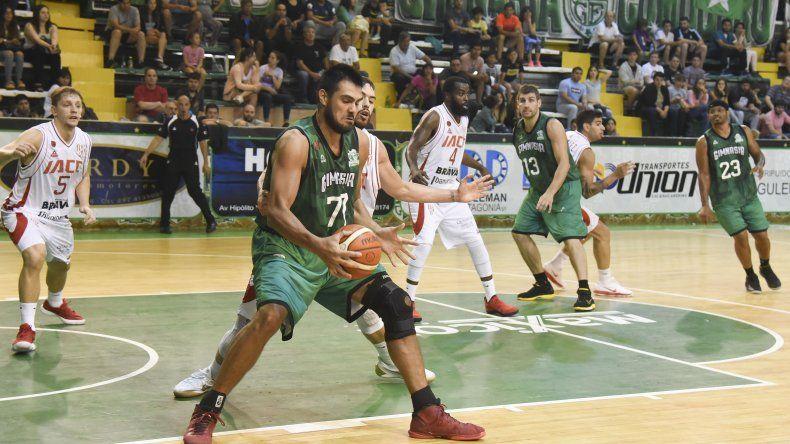 Diego Romero en la zona pintada marcado por Facundo Piñero en el partido que Gimnasia perdió el 5 de febrero con Instituto en el Socios Fundadores.