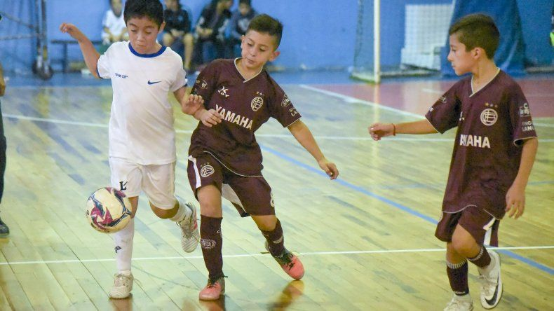 Los chicos jugaron en la sede de la CAI la tercera jornada del torneo de fútbol de salón infantil.