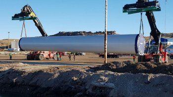 Ayer se inició un intenso movimiento de grúas, camiones y personal operativo en la explanada del muelle principal de Puerto Deseado con la descarga de las primeras torres de aerogeneradores que se instalarán en cercanías de Jaramillo.