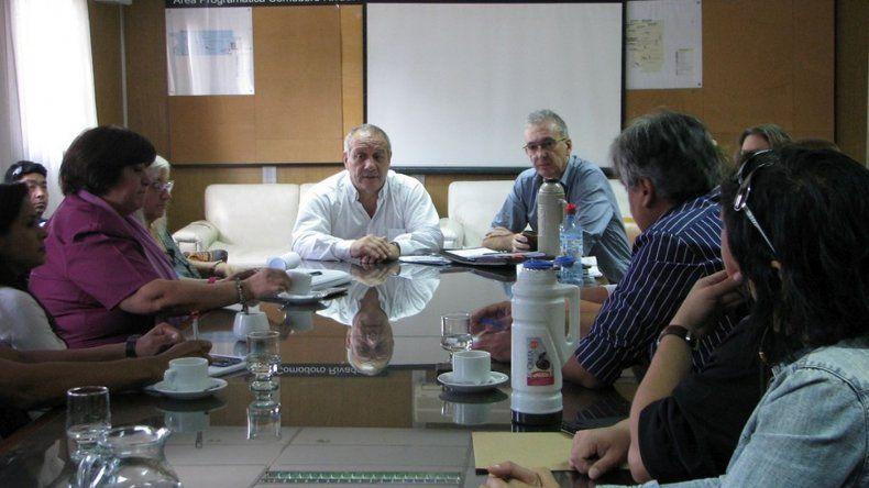 Hernández pidió ante gremios conciliar posiciones para salvaguardar la atención