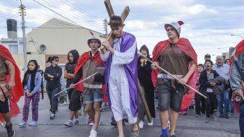 En el Pietrobelli representaron los últimos minutos de Cristo con un recorrido por las calles del barrio.