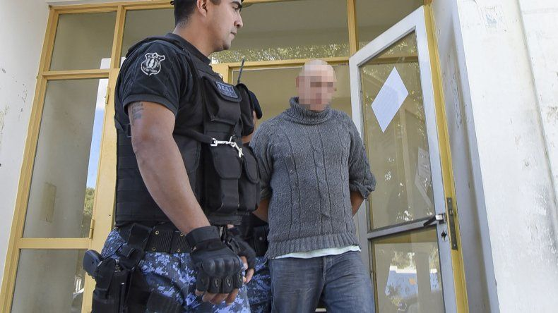 A.E.O. es conducido por la policía a su lugar de reclusión en la Comisaría de Rada Tilly