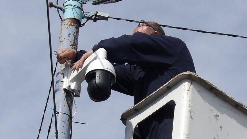 El séptimo domo de cámaras de video fue instalado en la plaza San Martín y está conectado con fibra óptica a la central de la Guardia Urbana Municipal.