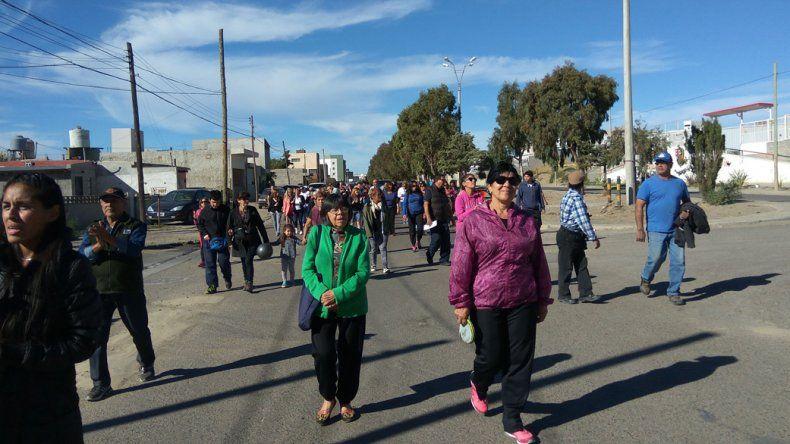 Por las calles del barrio Pueyrredón damnificados exigieron soluciones al Estado a un año del temporal más devastador que ha afectado a Comodoro Rivadavia.