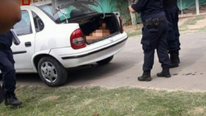 Lo encontraron desnudo y apuñalado en el baúl de su auto