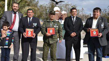 Los veteranos de guerra Héctor Orquera, Carlos Carrizo y Luis Maza recibieron distinciones que les fueron entregadas por el intendente Prades y el diputado provincial Terraz.