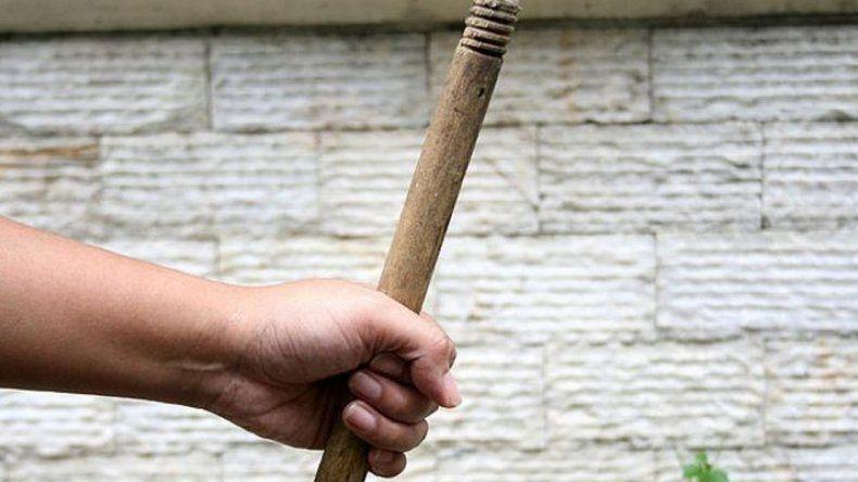 Un efectivo policial agredió a  su pareja con un palo de escoba