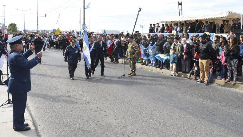 El desfile cívico militar que cerró el acto central que se desarrolló ayer al mediodía en la avenida Yrigoyen frente al Monumento a los Caídos en Malvinas.