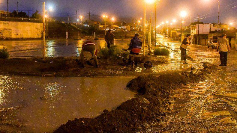 Vecinos de la calle Marinero López improvisaban una contención para que el agua no ingresara a sus viviendas.