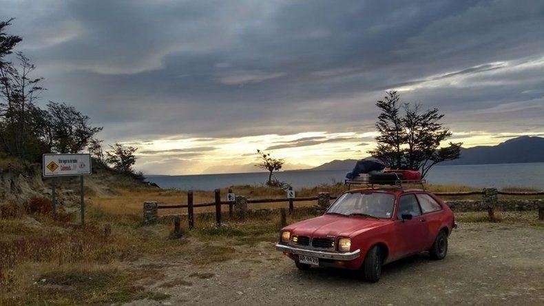 Viajero chileno visitó Comodoro antes de dar la vuelta al mundo en auto