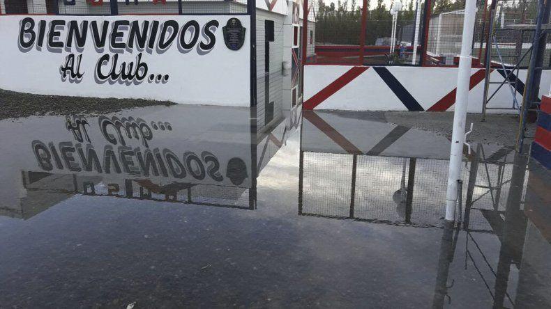 El acceso al campo de juego de USMA estaba anegado por la lluvia y por esa razón se suspendió el juego entre el Patricio y la CAI.