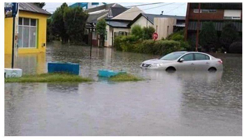 En algunas zonas bajas de Río Gallegos la lluvia formó grandes lagunas en las que quedaron atrapados automóviles.