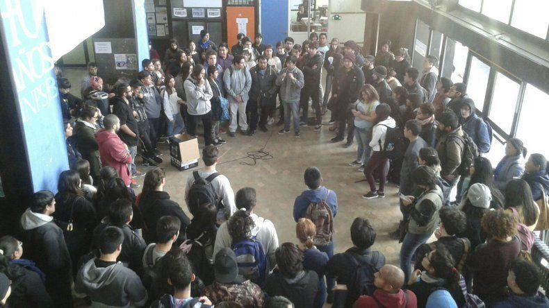 En la Universidad Nacional de la Patagonia San Juan Bosco se realizó una asamblea donde se decidió volver a marchar el miércoles hacia la Municipalidad.