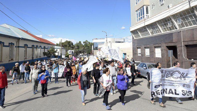 Trabajadores estatales se movilizaron ayer por las calles céntricas de Comodoro Rivadavia.