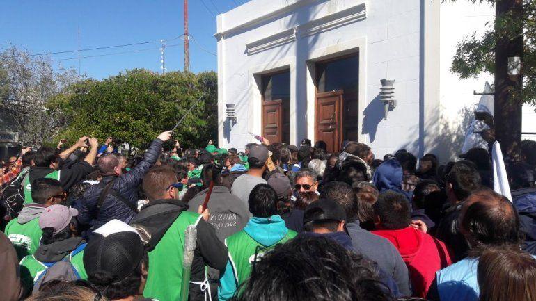 Murió un policía en medio de enfrentamientos con estatales — Chubut