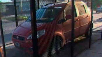 Enrejó su auto para evitar que se lo roben