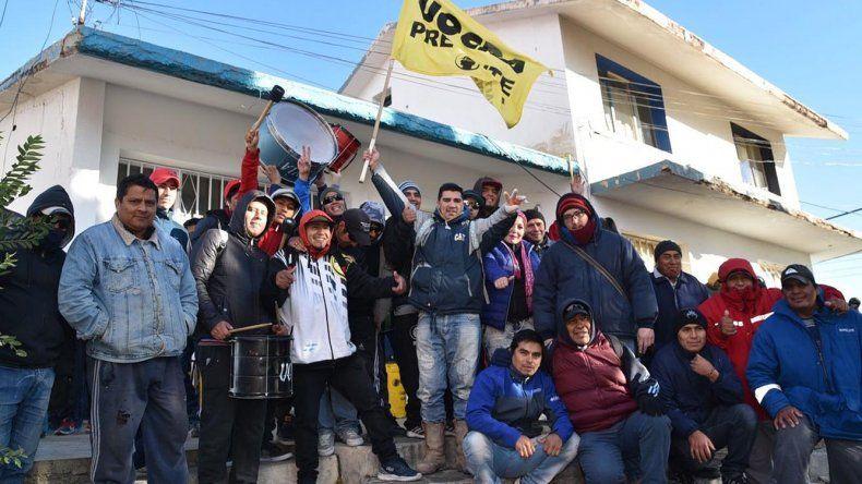 Decenas de desocupados afiliados a la UOCRA se manifestaron frente a la Secretaría de Trabajo reclamando el pago de los demorados subsidios.