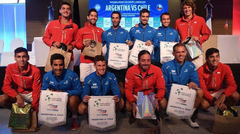 Los equipos de Argentina y Chile formados ayer en San Juan donde hoy comenzarán a buscar un lugar en el repechaje de la Copa Davis.
