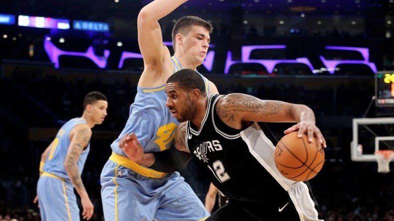 LaMarcus Aldridge con el balón intenta superar la marca del pivote Ivica Zubac en el partido que Los Angeles Lakers venció a San Antonio Spurs.