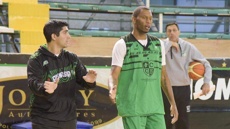 El DT Martín Villagrán le da indicaciones a Winsome Frazier en el entrenamiento que Gimnasia realizó ayer.