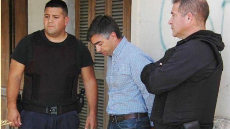 Federico Gatica en el momento de ser detenido ayer en Trelew. El contador público sería clave a la hora de lavar plata proveniente de la corrupción.