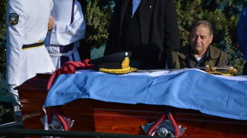 Con gran acompañamiento, despidieron los restos del comisario Néstor Chávez