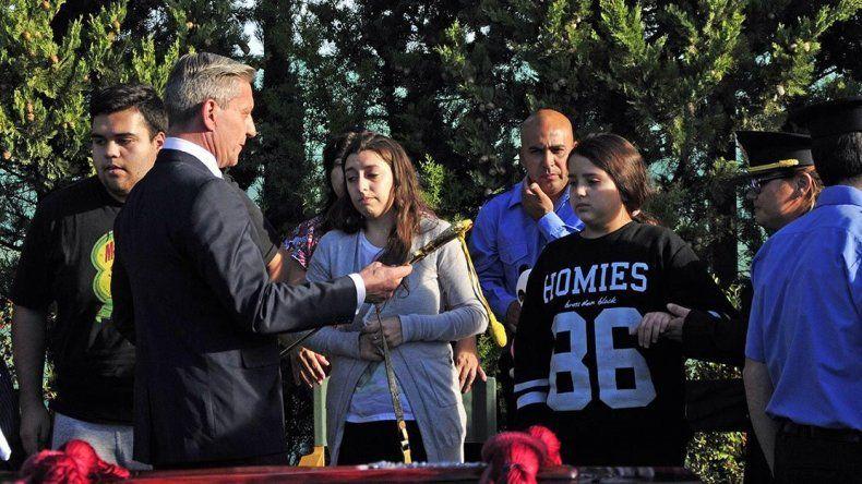 El gobernador entregó a la hija más pequeña del policía fallecido el sable de mando del servidor público.